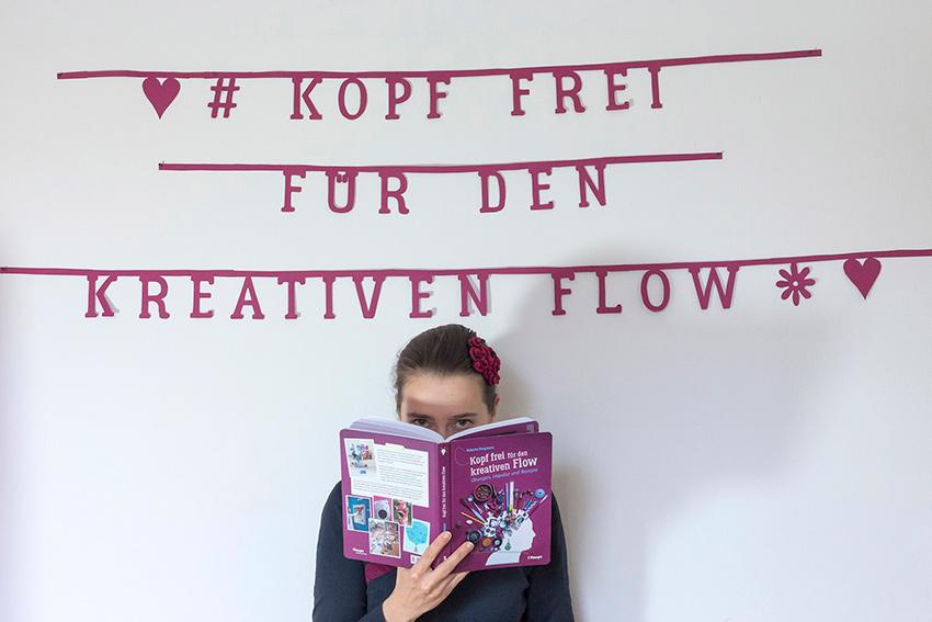 """Roberta mit ihrem Buch """"Kopf frei für den kreativen Flow"""""""