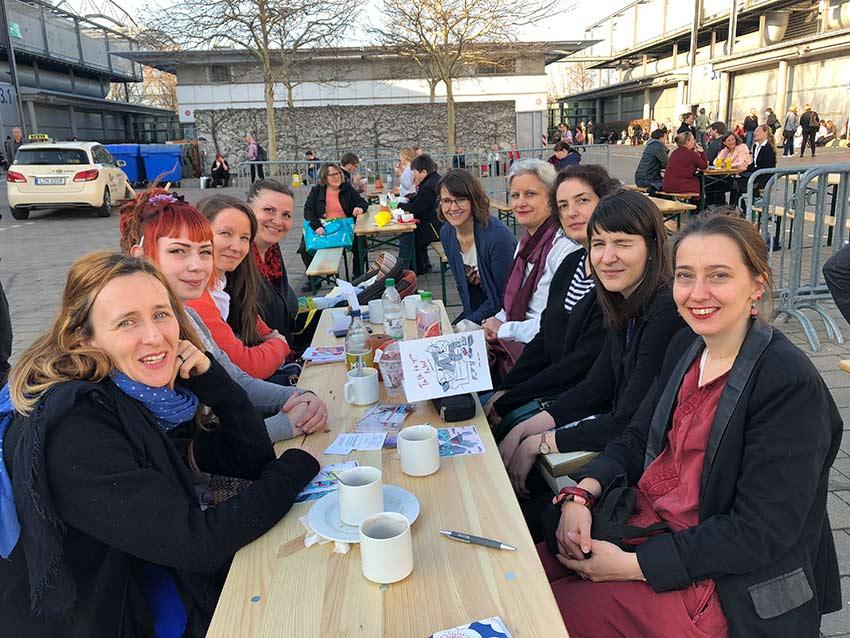 """Roberta Bergmann und die Facebookgruppe """"Der kreative Flow"""" bei einem Offlinetreffen in Leipzig auf der Buchmesse"""