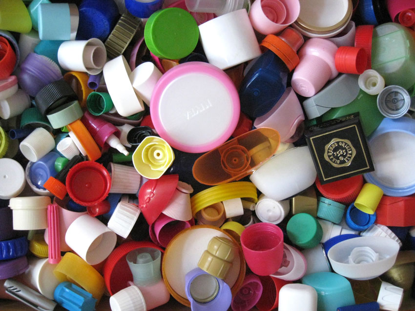 Bunte Plastikverschlüsse als Inspirationsquelle aus dem Materialfundus von Juli Gudehus