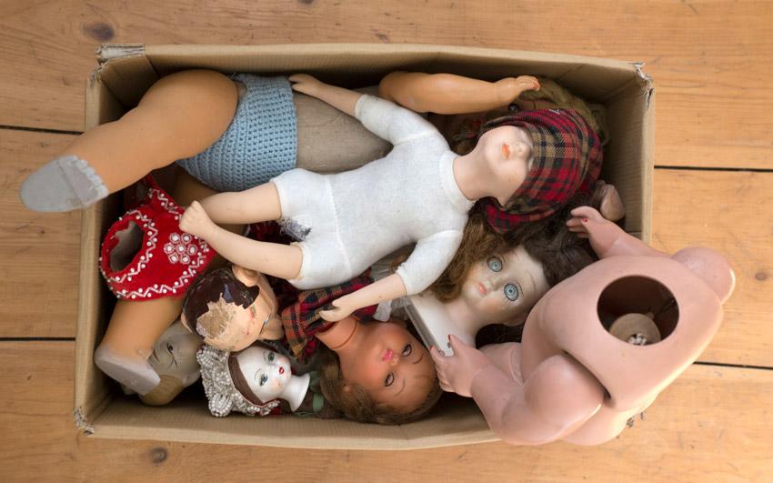 Inspirationsquelle - Pappkiste mit kaputten Puppen