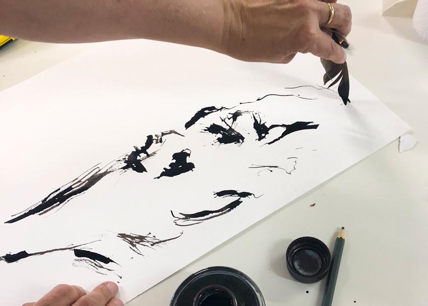 Mit einer Taubenfeder malen
